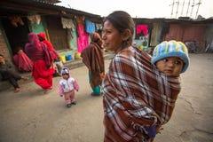 KATMANDU, NEPAL - lokale kinderen dichtbij hun huizen op een slecht gebied van de stad royalty-vrije stock afbeelding