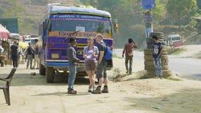 KATMANDU, NEPAL - MAART, 2018: De Kaukasische toeristen spreken aan Nepalese gids stock footage