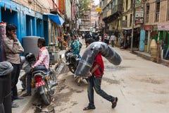 KATMANDU NEPAL-MARCH 16: Gatorna av Katmandu på mars 16, Arkivbild