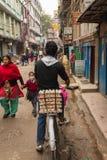 KATMANDU NEPAL-MARCH 16: Gatorna av Katmandu på mars 16, Royaltyfria Bilder