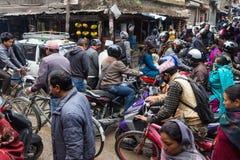 KATMANDU NEPAL-MARCH 16: Gatorna av Katmandu på mars 16, Arkivfoton