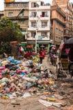 KATMANDU NEPAL-MARCH 16: Gatorna av Katmandu på mars 16, Royaltyfri Fotografi