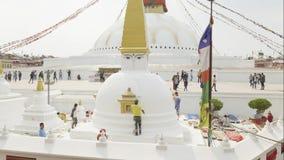 Katmandu, Nepal - marzo de 2018: El trabajador pinta Boudhanath Stupa después de terremoto en el valle de Katmandú almacen de video