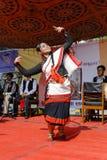 KATMANDU, NEPAL - MEI 17, 2014: De danser die van het Nepalimeisje de traditionele dans van Nepal binnen genoemd uitvoeren Hijo R Stock Foto