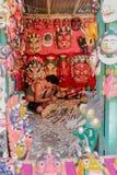 Katmandu Nepal - November 04, 2016: Den främre sikten av en hantverkare som snider den tibetana maskeringen i en souvenir, shoppa Royaltyfri Bild