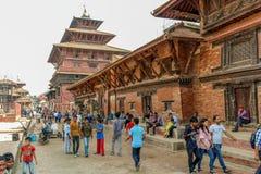 Katmandu Nepal - November 03, 2016: Folket som går på Patan Durbar, kvadrerar på en solig dag, Nepal fotografering för bildbyråer