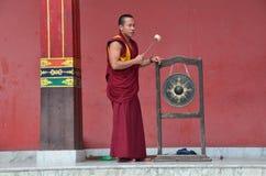 Katmandu, Nepal, 13 November, 2012, Nepali-Scène: de monnik slaat trommel in een ritueel dichtbij Boeddhistisch Nyingmapa-klooste Stock Foto