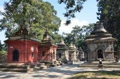 Katmandu, Nepal, noviembre, 13, 2012, complejo de Pashupatinath, lado budista En la primavera 2015 el complejo era parcialmente d imagen de archivo