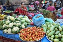 Katmandu, Nepal, octubre, 12, 2013, escena del Nepali: La gente vende verduras en la calle en Katmandu Fotos de archivo