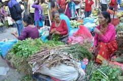 Katmandu, Nepal, octubre, 12, 2013, escena del Nepali: La gente vende verduras en la calle en Katmandu Imagenes de archivo