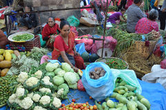 Katmandu, Nepal, octubre, 12, 2013, escena del Nepali: La gente vende verduras en la calle en Katmandu Imagen de archivo libre de regalías
