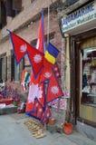 Katmandu, Nepal, octubre, 12, 2013 Venta por las banderas nepalesas en el Darbar cuadrado Foto de archivo