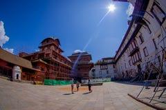 KATMANDU NEPAL OKTOBER 15, 2017: Det oidentifierade folket som går i eftermiddagen av Durbar, kvadrerar i Katmandu, huvudstad Fotografering för Bildbyråer