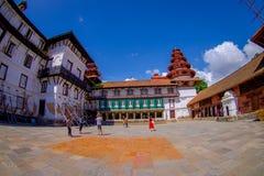 KATMANDU NEPAL OKTOBER 15, 2017: Det oidentifierade folket som går i eftermiddagen av Durbar, kvadrerar i Katmandu, huvudstad Arkivfoto