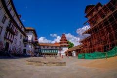 KATMANDU NEPAL OKTOBER 15, 2017: Det oidentifierade folket som går i eftermiddagen av Durbar, kvadrerar i Katmandu, huvudstad Royaltyfria Foton