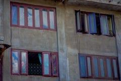 KATMANDU, NEPAL 15 OKTOBER, 2017: Een de bouwvoorgevel met bakstenen muur van het historische gebouw dichtbij het Vierkant van Pa Stock Foto
