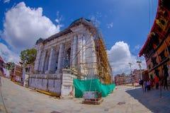 KATMANDU NEPAL OKTOBER 15, 2017: Enorma byggnader med några strukturer för rekonstruktion efter jordskalvet i 2015 Fotografering för Bildbyråer