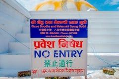 KATMANDU, NEPAL 15 OKTOBER, 2017: Het informatieve teken bij gaat binnen binnen van Unesco-stupa van Boudhanath van het erfenismo Stock Foto's