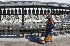 Katmandu Nepal, Oktober, 25, 2012, kvinna gör Kora runt om den Swayambhunath stupaen Arkivfoto