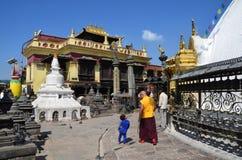 Katmandu, Nepal, 25 Oktober, 2012, Nepali-Scène: monnik en kleine jongen die in de tempel complex van Swayambhunath lopen Stock Fotografie