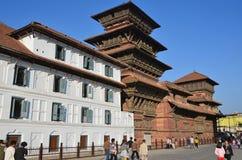 Katmandu Nepal, Oktober, 25,2012, Nepaliplats: Folk som går på forntida Durbar fyrkantiga near gamla Royal Palace Arkivfoton
