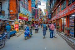 KATMANDU, NEPAL 15 OKTOBER, 2017: Niet geïdentificeerde mensen die in een bezige het winkelen straat met kleurrijke binnen decora Stock Foto