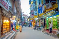 KATMANDU, NEPAL 15 OKTOBER, 2017: Niet geïdentificeerde mensen die in een bezige het winkelen straat met kleurrijke binnen decora Royalty-vrije Stock Afbeelding