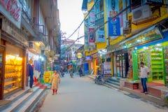 KATMANDU, NEPAL 15 OKTOBER, 2017: Niet geïdentificeerde mensen die in een bezige het winkelen straat met kleurrijke binnen decora Royalty-vrije Stock Fotografie