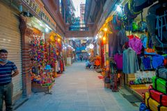 KATMANDU, NEPAL 15 OKTOBER, 2017: Niet geïdentificeerde mensen die in een bezige het winkelen straat met kleurrijke binnen decora Stock Fotografie