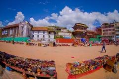 KATMANDU, NEPAL 15 OKTOBER, 2017: Niet geïdentificeerde mensen die in het vierkant met veel kleurrijke herinneringen in straat lo Royalty-vrije Stock Afbeeldingen