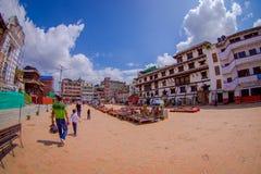 KATMANDU, NEPAL 15 OKTOBER, 2017: Niet geïdentificeerde mensen die in het vierkant met veel kleurrijke herinneringen in straat lo Royalty-vrije Stock Foto's
