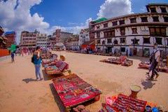 KATMANDU, NEPAL 15 OKTOBER, 2017: Niet geïdentificeerde mensen die in het vierkant met veel kleurrijke herinneringen in straat lo Royalty-vrije Stock Fotografie