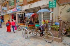 KATMANDU NEPAL OKTOBER 15, 2017: Oidentifierat folk i rickshaw i historisk mitt av staden, i Katmandu, Nepal Arkivbild