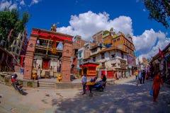 KATMANDU NEPAL OKTOBER 15, 2017: Oidentifierat folk som går i gatorna av staden med några byggnader in Fotografering för Bildbyråer