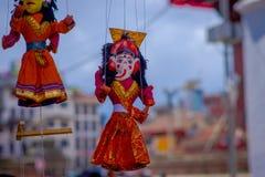 KATMANDU, NEPAL 15 OKTOBER, 2017: Sluit omhoog van kleine rode marionetten die in een opslag dicht in Durbar Vierkant Katmandu ha Royalty-vrije Stock Foto's