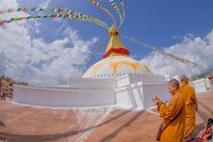 KATMANDU, NEPAL 15 OKTOBER, 2017: Sluit omhoog van moks dicht biddend schitterende stupa van monumentenboudhanath en zijn Royalty-vrije Stock Fotografie