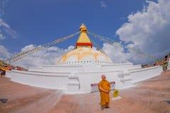 KATMANDU, NEPAL 15 OKTOBER, 2017: Sluit omhoog van moks dicht biddend schitterende stupa van monumentenboudhanath en zijn Stock Afbeeldingen