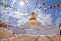 KATMANDU, NEPAL 15 OKTOBER, 2017: Unesco-stupa van Boudhanath van het erfenismonument en zijn kleurrijke vlaggen in daglicht met  Stock Foto