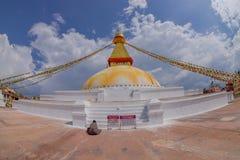 KATMANDU, NEPAL 15 OKTOBER, 2017: Unesco-stupa van Boudhanath van het erfenismonument en zijn kleurrijke vlaggen in daglicht met  Stock Afbeeldingen