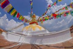 KATMANDU, NEPAL 15 OKTOBER, 2017: Unesco-stupa van Boudhanath van het erfenismonument en zijn kleurrijke vlaggen in daglicht met  Royalty-vrije Stock Foto's