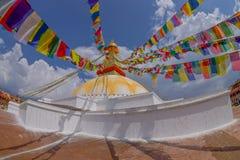 KATMANDU, NEPAL 15 OKTOBER, 2017: Unesco-stupa van Boudhanath van het erfenismonument en zijn kleurrijke vlaggen in daglicht met  Stock Fotografie