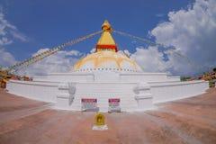 KATMANDU, NEPAL 15 OKTOBER, 2017: Unesco-stupa van Boudhanath van het erfenismonument en zijn kleurrijke vlaggen in daglicht met  Royalty-vrije Stock Foto