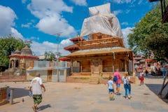 KATMANDU NEPAL OKTOBER 15, 2017: Utomhus- sikt av några byggnader i rekonstruktion efter jordskalvet i 2015 av Royaltyfria Foton