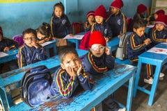 KATMANDU NEPAL - på engelska grupp för elever på grundskola för barn mellan 5 och 11 år Royaltyfria Foton
