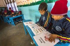 KATMANDU NEPAL - på engelska grupp för okända elever på grundskola för barn mellan 5 och 11 år Royaltyfri Fotografi