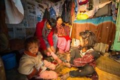 KATMANDU, NEPAL - plaatselijke bevolking in zijn huis op een slecht gebied van de stad stock fotografie