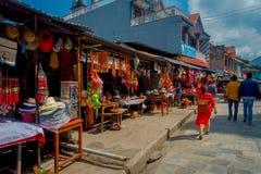 KATMANDU NEPAL - SEPTEMBER 04, 2017: Det oidentifierade folket som går i morgonen, marknadsför i Katmandu, Nepal _ Royaltyfri Foto