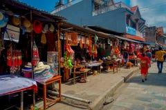 KATMANDU NEPAL - SEPTEMBER 04, 2017: Det oidentifierade folket som går i morgonen, marknadsför i Katmandu, Nepal _ Royaltyfri Fotografi