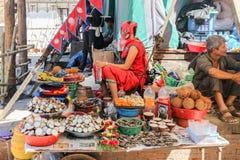 Katmandu Nepal - September 20, 2016: Nepalesiskt folk som säljer f Royaltyfria Bilder