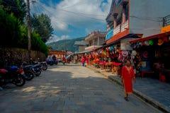 KATMANDU, NEPAL - SEPTEMBER 04, 2017: Niet geïdentificeerde mensen die in de ochtendmarkt lopen in Katmandu, Nepal E Royalty-vrije Stock Foto's